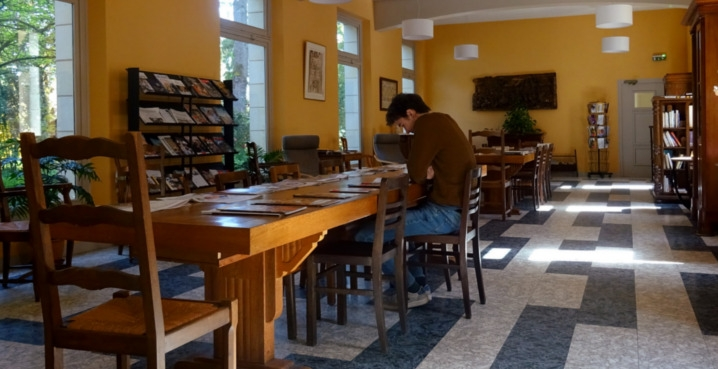 salle de lecture hôtellerie solesmes