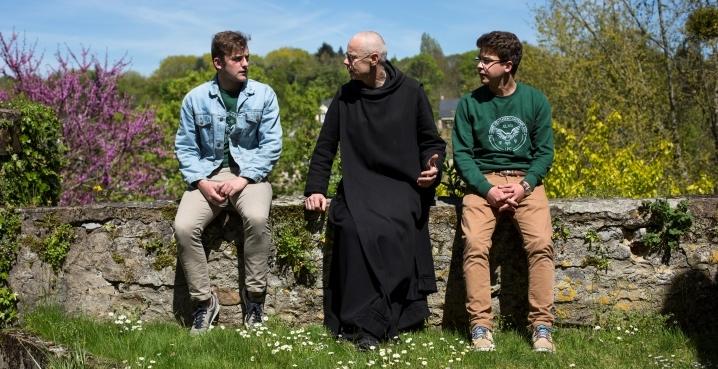 Un moine et deux jeunes