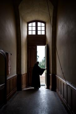 Un moine ouvre la porte du monastère